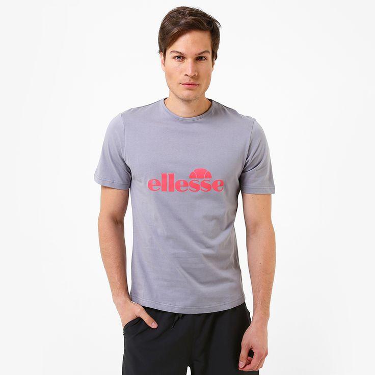 La Playera Ellesse Logo debe ser parte de tu guardarropa tenístico, gracias a que presenta la confección adecuada para que la portes de forma casual o para practicar el llamado deporte blanco. <li>Modelo masculino.<li>Cuello redondo.<li>Manga corta.<li>Gráfico frontal de la marca.<li>Corte regular.<li>Tamaños de las tallas (aproximadamente):<br><b>CH:</b> 50x68 cm.<br><b>M:</b> 52x70 cm.<br><b>G:<...