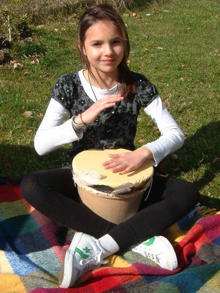 Basteln mit Kindern - Ideen zum Verkleiden: Die Indianertrommel aus einem Blumentopf macht das Indianer-Kostüm komplett. Aus einem Tontopf, einem Fensterleder und Federn entsteht ganz einfach eine tolle Trommel. Die Anleitung zeigt Ihnen, wie das geht.