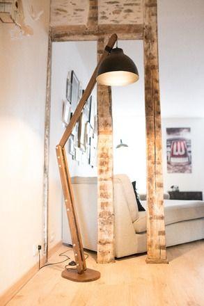 Voici la lampe Artilight Lampe de salon/lampadaire en bois articulée avec interrupteur à pied. Lampe fabriquée en bois de hêtre, pensée et réalisée par mes soins. Gros avan - 19232794 #LampPied