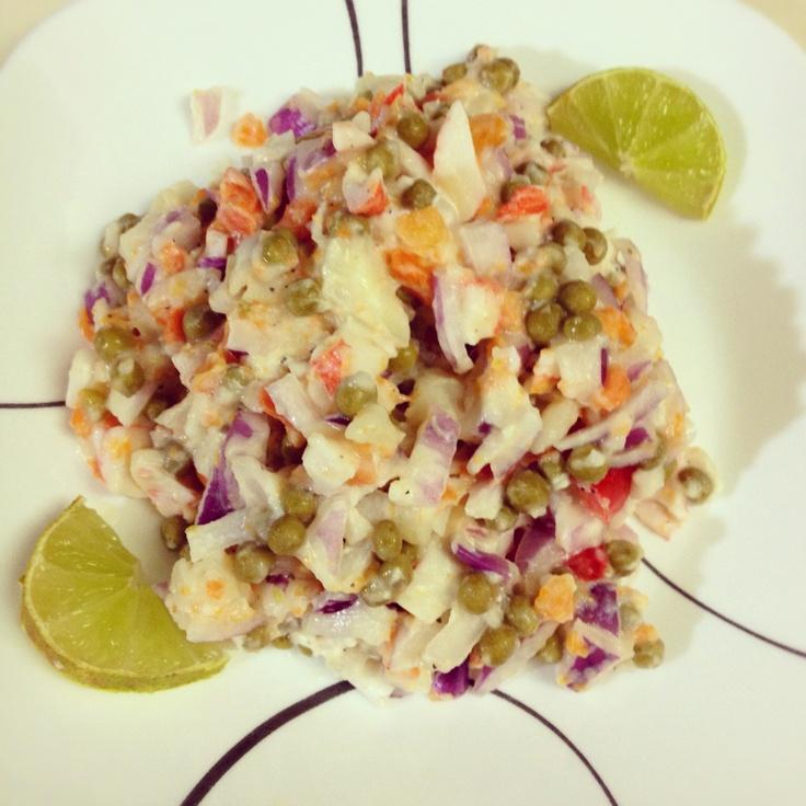 """Ensalada """" supuestamente """" Rusa ~ sweet peas+imitacion de crab +papas+ cebollas+ zanahorias +pimientos rojos+limon+ pimienta molida (super rico ) 355 calories :)"""