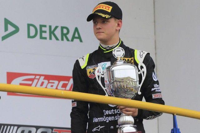 Le fils de Michael Schumacher impressionne à ses débuts en Formule 4