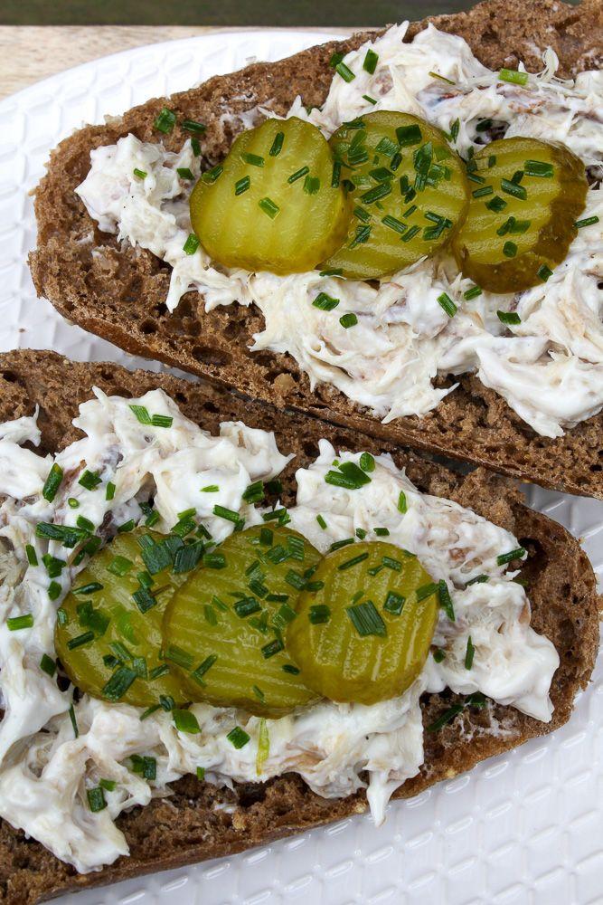 Makreelsalade: met dit makreelsalade recept maak je binnen een handomdraai een heerlijke smeuïge makreelsalade. De basis is heerlijke gerookte makreel die je verder op smaak brengt met yogonaise, wat mierikswortel, zwarte peper en wat plakjes augurk. Een superlekkere lunch of snack, maar ook op toastjes of als hapje onweerstaanbaar lekker!