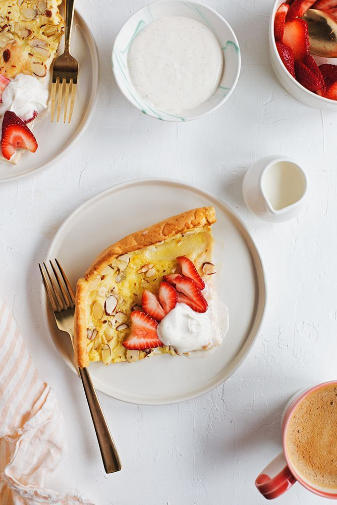 Almond Dutch Baby with Vanilla Bean Crème Fraîche and Strawberries | Hungry Girl por Vida