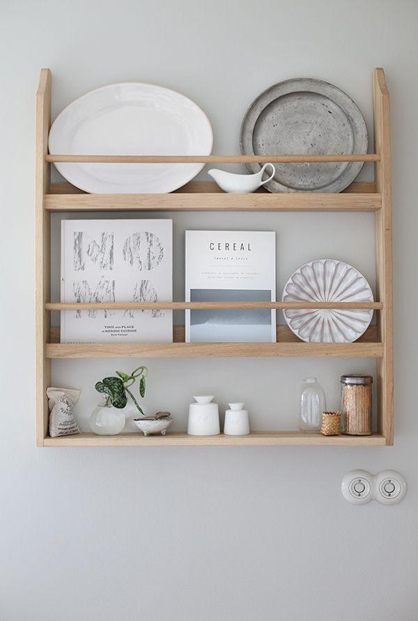 På begäran kommer här en bild på tallrikshyllan som jag köpte till vårt kök inför filminspelningen med Ballingslöv. Jag har fått så många mail, kommentarer och DM's på instagram med frågor om den…