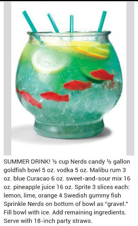 Aquario redondo de peixe com: vodka, sprite, rodelas de limão, algume bebida com pigmento (de preferência verde).
