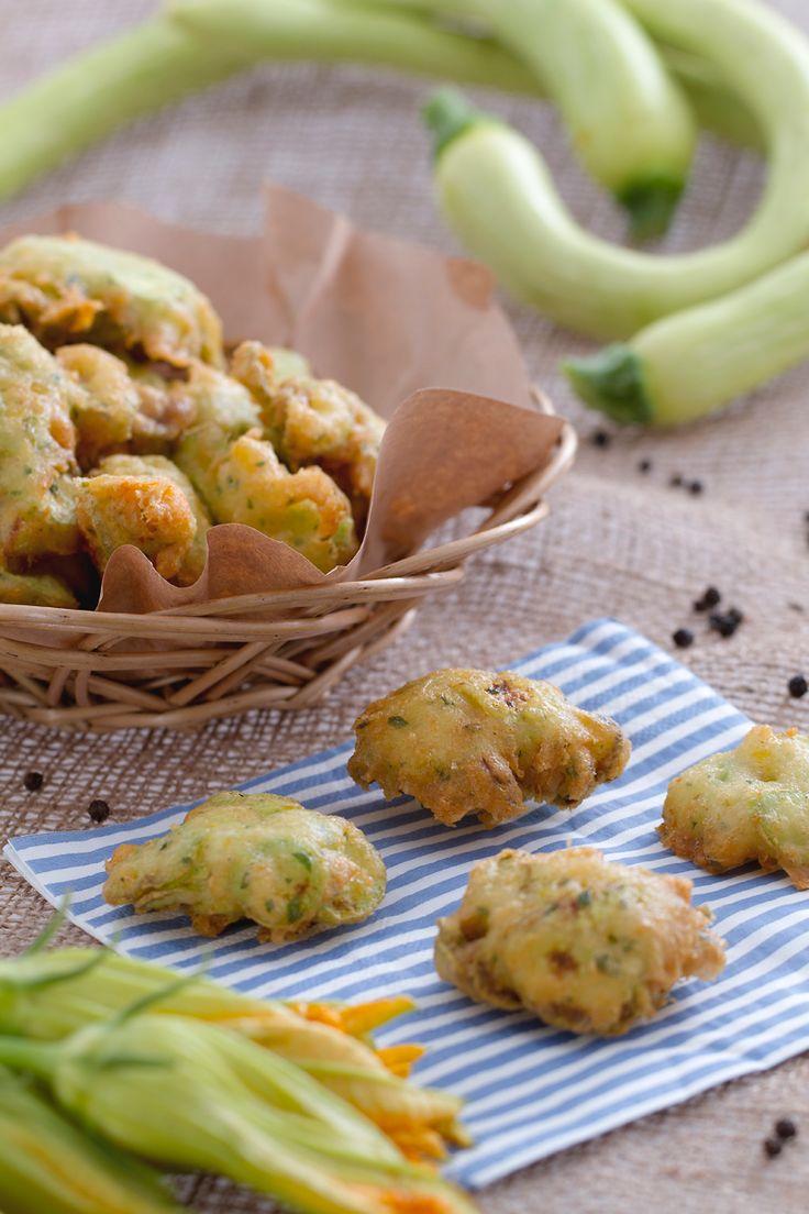 Rustiche e saporite, questo #fingerfood è davvero una delizia: #frittelle di #zucchine trombetta. ( #trumpet #zucchini #fritters ) #Giallozafferano #recipe #ricetta