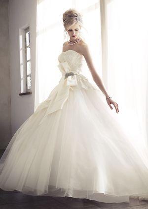 美バックスタイルのエンパイアドレス - ジル スチュアート ウエディングのエクスクルーシブな新作ドレスで祝福の花嫁に | SPUR.JP