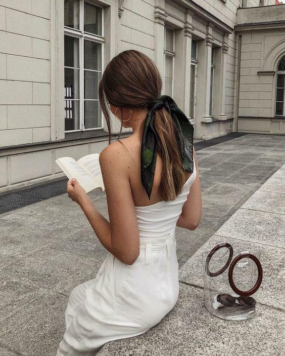 Manières stylish pour coiffer un foulard et exemples d'attaches