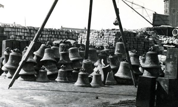 Groningen 1940-1945 Gestolen klokken opslag Gemeentewerf aan de Wilhelminakade