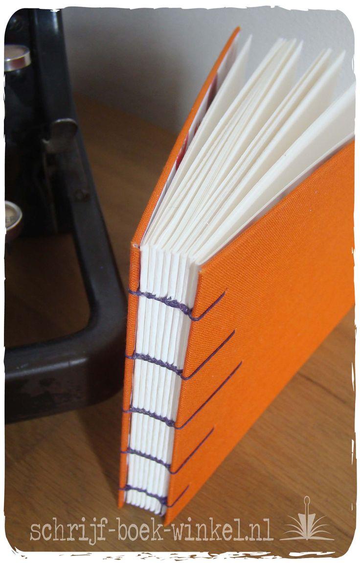 Voor de verandering: een notitieboekjes met een linnen kaft (karton bekleed met linnen). Handgebonden op koptische wijze met donkerpaars garen. Binnenzijde kaft: paars/roze/oranje bloemen.  Informeer naar beschikbaarheid of vergelijkbare notitieboeken: info@schrijf-boek-winkel.nl