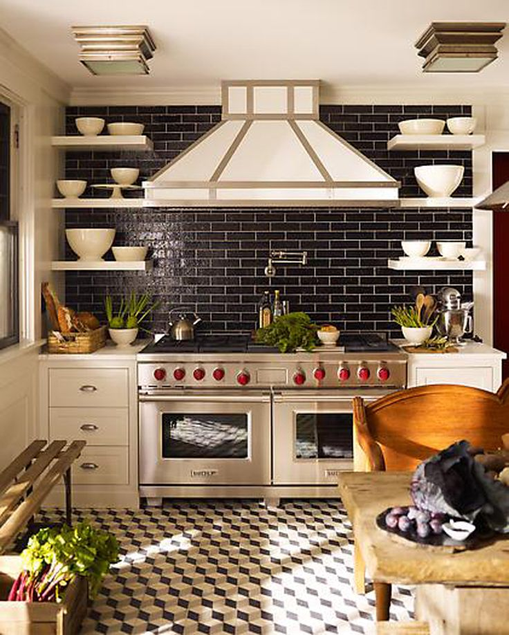 Dark blue back splash. Red stove knobs. And would ya look at that hood?!