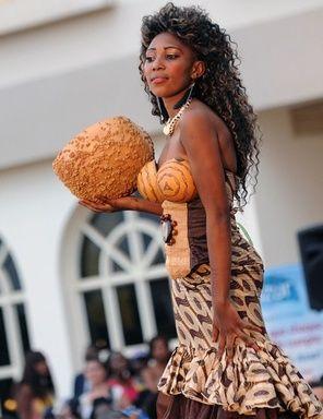 中央アフリカの首都バンギで8日、国際女性デーを記念し、「女性、ファッション、平和」をテーマにしたファッションショーが開催され、地元デザイナーのSonia Bafoungaがコレクションを発表した。- AFP | 平和を祈りファッションショー開催、中央アフリカ
