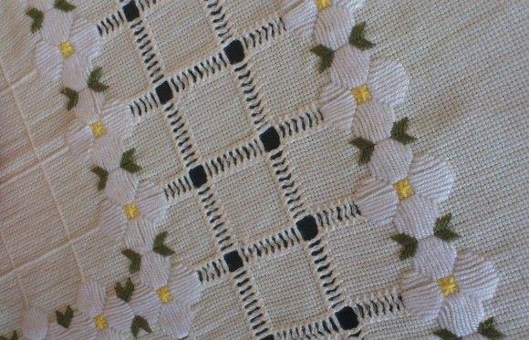 Centro de mesa de etamine bordado em hardanger e ponto cheio. Sua casa ficará ainda mais charmosa com esta toalha.