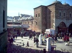 İstanbul Mısır Çarşısı - Eminönü'nde Yeni Camii'nin arkasında ve Çiçek Pazarı'nın yanındadır. İstanbul'un en eski kapalı çarşılarından biridir. Aktarlarıyla meşhur bu çarşıda halen tabii ilaçlar, baharat, çiçek tohumları, nadir bitki kök ve kabukları gibi eski geleneğine uygun ürünlerin yanı sıra; kuruyemiş, şarküteri ürünleri, değişik gıda maddeleri satılmaktadır.
