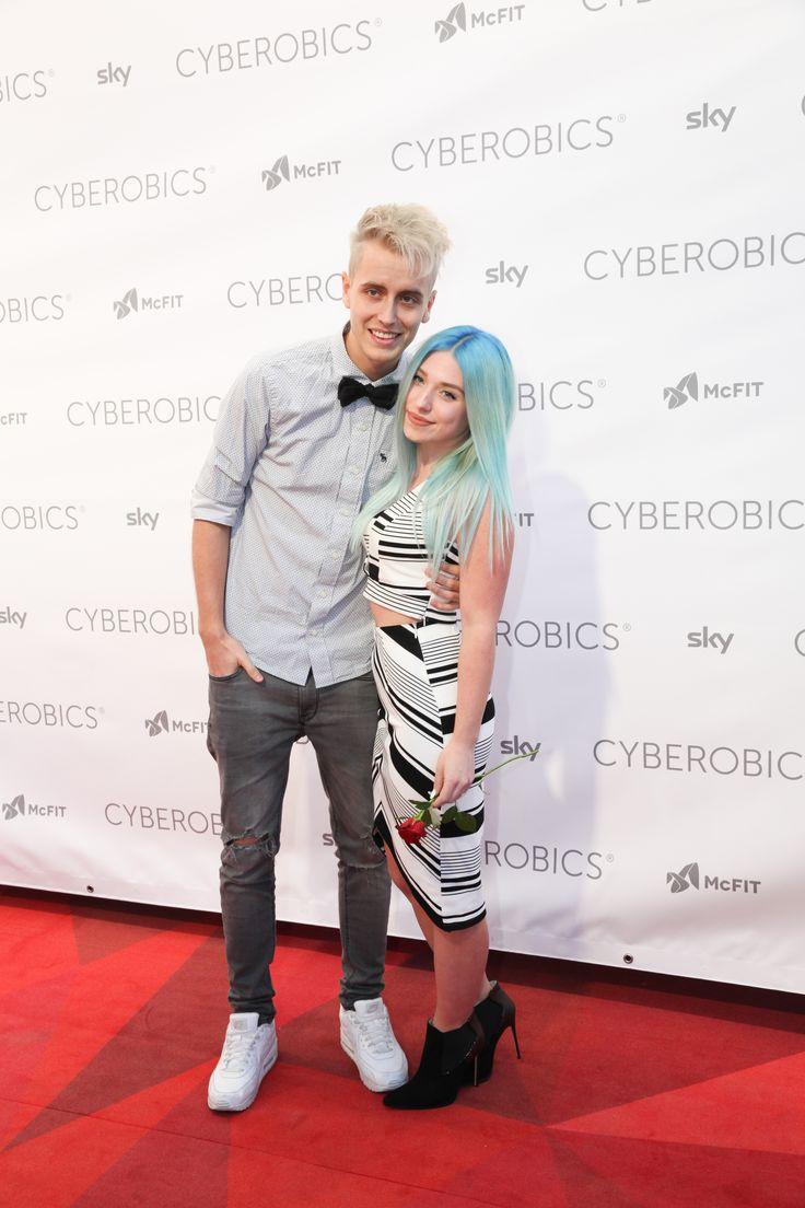 """Die Fans vor der WORLD OF CYBEROBICS drehten durch, als die Youtuber Bianca """"Bibi"""" Heinicke mit ihrem Freund Julian Claßen alias Julienco ankamen. #EscapeEverydayLife #cyberobics"""