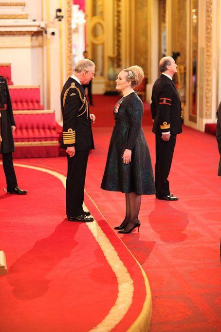 Adele recibió premio de la monarquía Británica por su aporte a la música