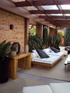 """Lounge na varanda, cobertura em pergolado com vidro. Muitos reclamam da """"sujeira"""" que fica na cobertura, mas o charme é justamente o aspecto natural causado."""