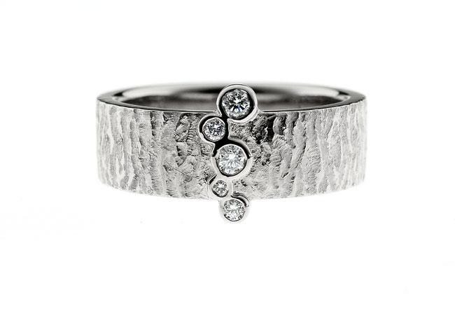 Valkokulta 750, timantit | Vihkisormus | Tilaustyö