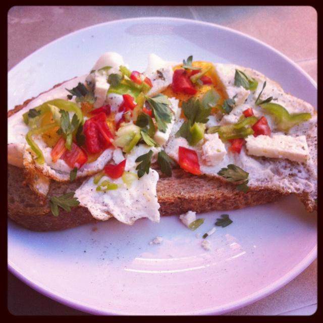 Gebakken ei op brood als  #ontbijt met lekkere groentes voor een gezonde start. www.leoniewolvers.nl