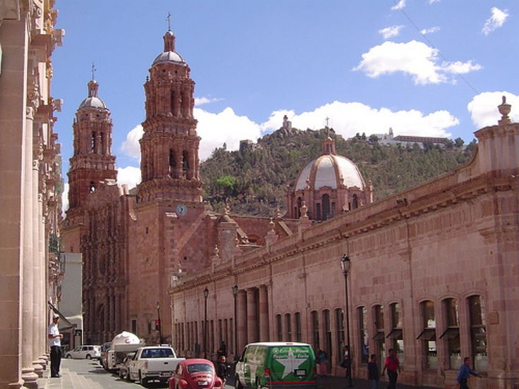 México y sus 32 Estados: Zacatecas - Sabor y color del pasado en la actualidad, sólo en Zacatecas El Estado es una de las partes más lindas que hacen a este bello país de México. Quizás sea ese palpitar que hay en el aire de la historia, que brindan los museos, o los típicos edificios y las tradiciones de un pueblo con gente sumamente hospitalaria. Visitar Zacatecas es como sentir en una época pasada, pero con las comodidades de esta era, ya que los servicios turísticos, como los hoteles