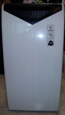 Mobiles Klimagerät von BoschE-NR.: B1RKM08000/05FD:8406001641Type: REKM 210Voltage-Hz 220-24050 HzDehumidification: 26l/dMax Input: 955 WFuse protections: 10 AIP X0Cooling Capacity: 2300 W (Ashrae 128)Cooling refrigerant: R-407 C 0,370kgMax pressure: High - 38 bar / Low - 8 barMade in SpainFarbe: weißgrauAlter: ca. 10 Jahrevoll funktionsfähiginklusive Abluftschlauch inklusive Ablufdüse (nicht auf dem Foto)Maße HxBxTca.: 85 x 43 x 43 cmAbholung in Holzkirchen oder nach Absprache können wir es…
