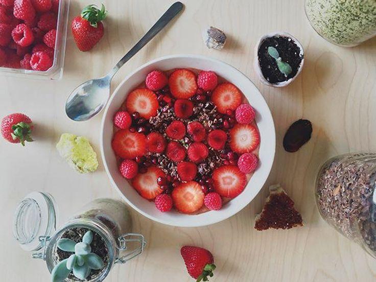 Dark chocolate strawberry smoothie bowl