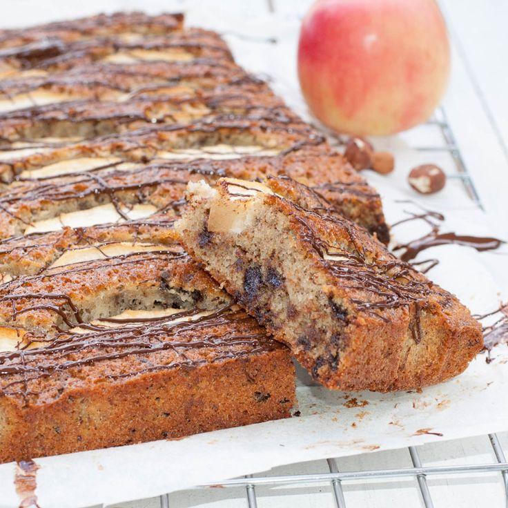 En ljuvligt god äppelkaka i långpanna med choklad och hasselnötter