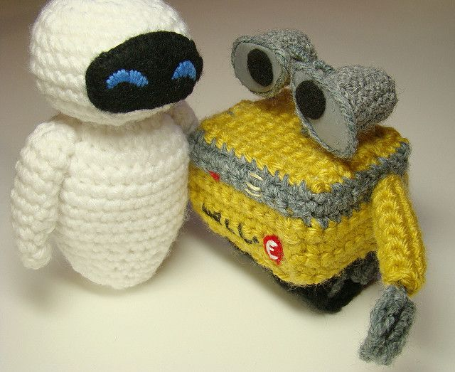 Eve and Wall-e Crochet Patterns.. Free! http://sukigirl74.blogspot.com/2009/06/how-to-crochet-eve-from-wall-e.html