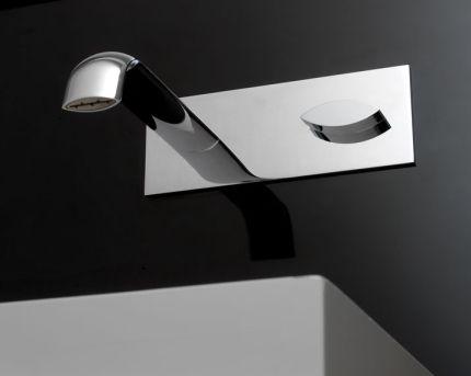 Die Wasserhahn-Serie Noox Mono von ZAZZERI ist eigentlich ganz einfach, simple extrudierte Koerper – im Querschnitt ein flaches Oval, das an der Schmalseite fast spitz zuläuft – kommen aus der Wand oder stehen als gebogene Körper auf dem Waschbecken. Es lässt sich kaum beschreiben, was diese so gelungen macht und letztlich ist dies das Geheimnis …
