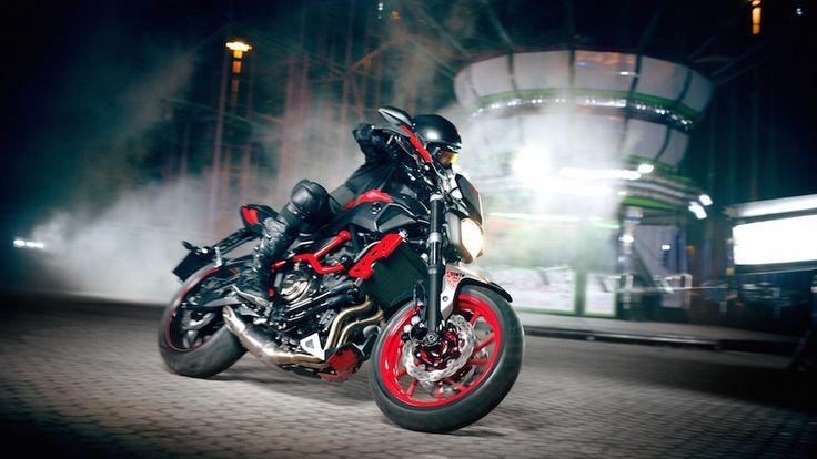 Sokaklara heyecan verici bir görünüm getiren çarpıcı, yeni ve akrobasiden ilham alan, radikal bir tarza sahip MT-07 Moto Cage ile karanlık yönünüzü harekete geçirin. #yamaha #mt07 #yamahatürkiye #689cc #motocage #revsyourheart