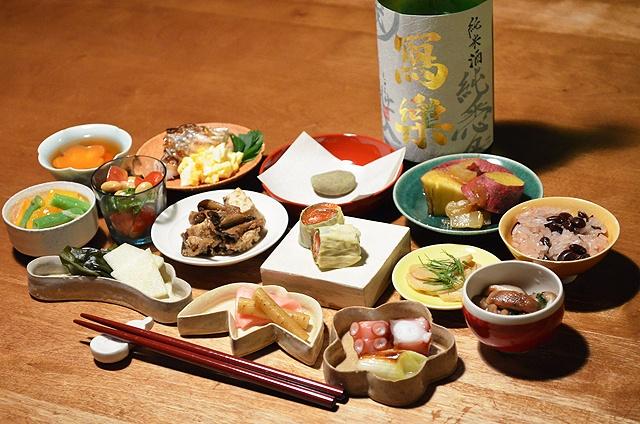 """【お食い初め】小皿と盃に盛り付けてみたお食い初め。賀茂川で小さな石を拾ってきて、「歯固めの石」として娘に噛ませました。そのまま晩酌の肴となった盃御膳。今日のお酒は、会津若松・宮泉銘醸株式会社の「純愛仕込・寫樂」です。/ Okuizome (""""First Meal"""") ceremony"""