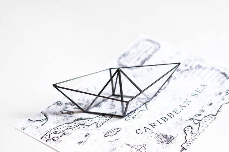 Papier boot. Gebrandschilderd glas papier schip. Origami boot scherm. Origami schip. Gebrandschilderd glas ringhouder. De houder van de trouwring. Voorstel ring door hereandnowshop op Etsy https://www.etsy.com/nl/listing/219742406/papier-boot-gebrandschilderd-glas-papier