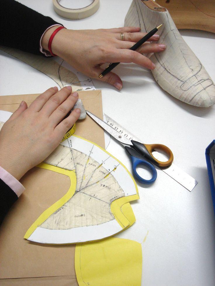Alumna preparando el diseño de su primer zapato. Curso de Diseño y producción de Calzado en Maison Aubele. Para mas información sobre este y todos nuestros cursos www.maisonaubele.com