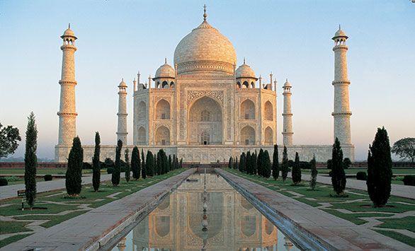 Taj Mahal - Smukkere bygningsværk findes næppe.  Det Store Himalaya-eventyr! Fantastiske rundrejser i hele verden med Bravo Tours. Køb rejsen på www.bravotours.dk #BravoTours #SåSigerManBravo #FeriePåDansk #TajMahal #Indien #Culture #View #Attraction