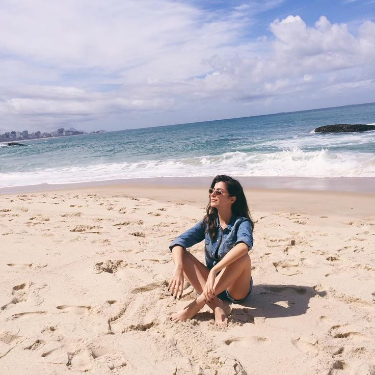 """""""Tranquila na praia do Rio de Janeiro. Mentira, tô em SP gravando vídeo pro canal hahaha #throwback • Lindos, se inscrevam lááá ≫…"""""""