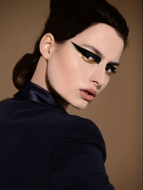 OMG!!!! TOTALLY TOTALLY LOVE THIS! YOU COULD NOT SAY NO TO THE EYESHADOWWWW!!! (she reminds me of the movie black swan)