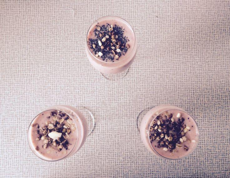 Koktajl owocowy z nasionami chia  Składniki - truskawki, kiwi, banan, mleko i chia.   Wszystkie składniki wymieszać i na końcu posypać nasionami chia w celu uzyskania fajnej chrupkości ;)   Można również zalać nasiona chia mlekiem i pozostawić w lodówce na noc lub kilka godzin. Wówczas uzyskamy konsystencję puddingu.  #przepis #chia #koktajl #koktail #NasionaChia #diet #zdrowo #ymt24