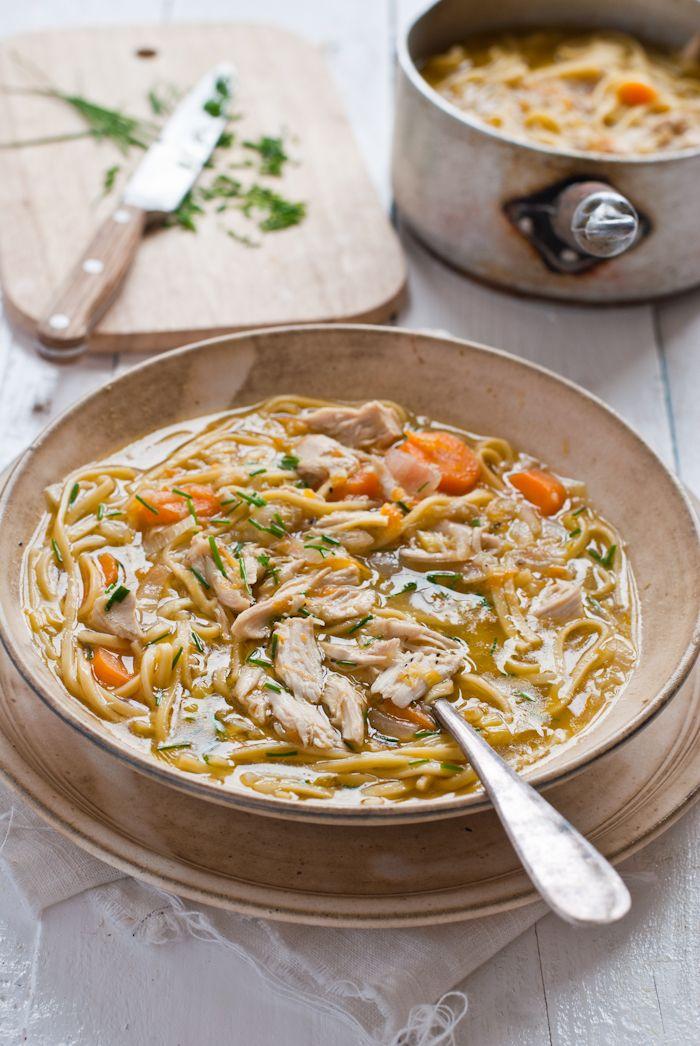 Kuřecí polévka s čínskými nudlemi a zázvorem.