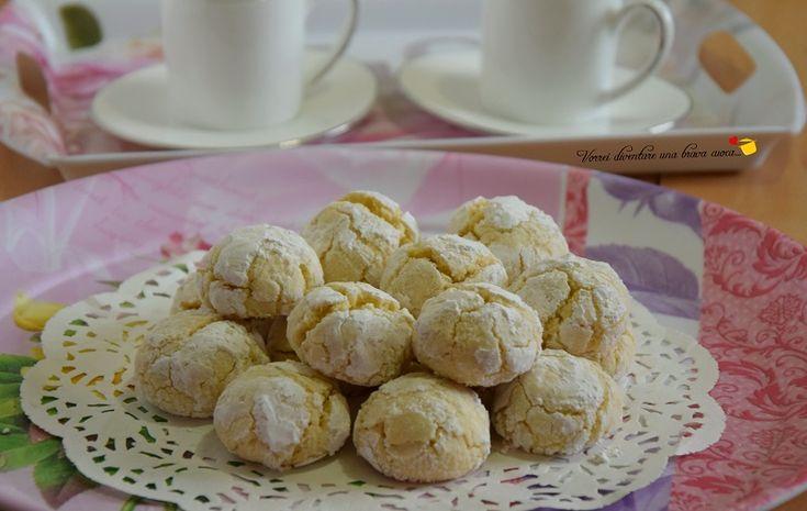 I biscotti morbidi al limone sono una vera delizia con la loro morbidezza, la loro fragranza al limone e le loro inconfondibili crepe.