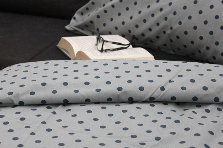 Povlečení modrý puntík na modré Povlečení je ušité v naší dílně. Použitá jsou kvalitní bavlněná plátna. Povlečení dodáváme v dárkovém balení. Rozměry: 1 ks 70 x 90 cm 1 ks 140 x 200 cm Materiál: 100% bavlna Zapínání: zipový uzávěr Malé polštářky nejsou součástí balení. Můžete je dokoupit samostatně.