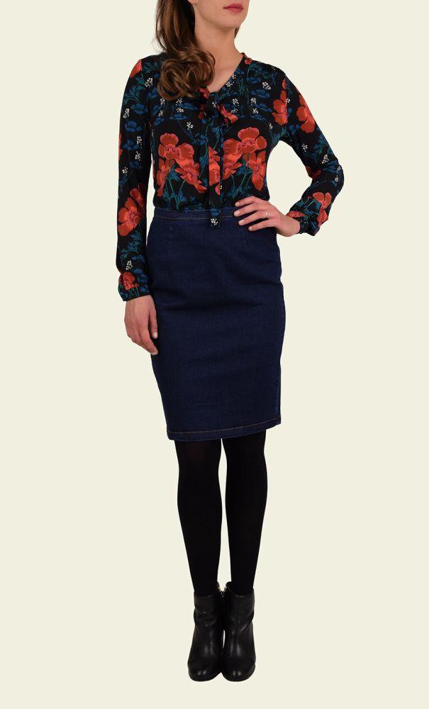 Deze feestelijke blouse met strikbare linten is gemaakt van een gladde stretchstof waardoor het model erg comfortabel zit en mooi valt. Deze blouse met bloemenprint staat goed in een strakke rok of pantalon. De blouse bevat glimmende knopen.