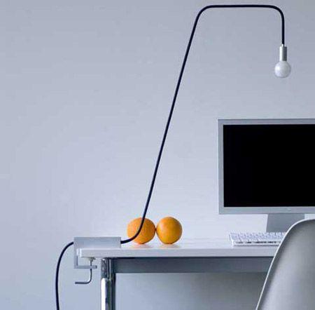 職場にあると仕事が楽しくなるかもしれないクリエイティブなデザインの ... 電気コードだけで電球を支えられるようにコードを固くする加工が施してあり、アルミクランプで机へ固定します。