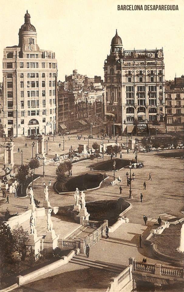 Plaça Catalunya y Portal de l'Àngel. ~1930. http://www.viajarabarcelona.org/lugares-para-visitar-en-barcelona/placa-catalunya/ #Barcelona