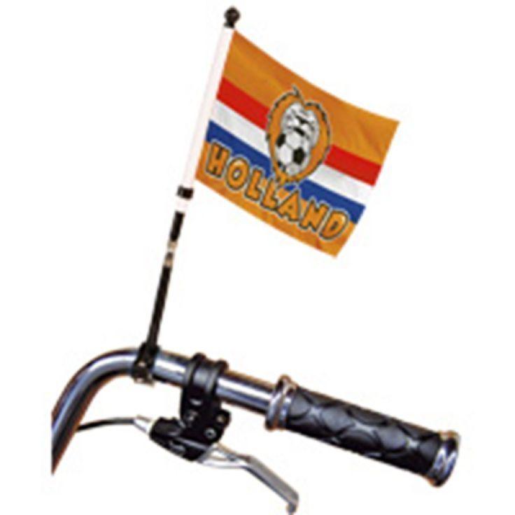 Nederland is fietsland! Dus tijdens het WK als we een wedstrijd gaan kijken in het cafe,  pakken we onze fiets Maar dan wel versierd met een Oranje vlag aan je fietsstuur natuurlijk. Vlaggenclub heeft nog veel meer vrolijke, originele Oranje versieringen en feestartikelen.