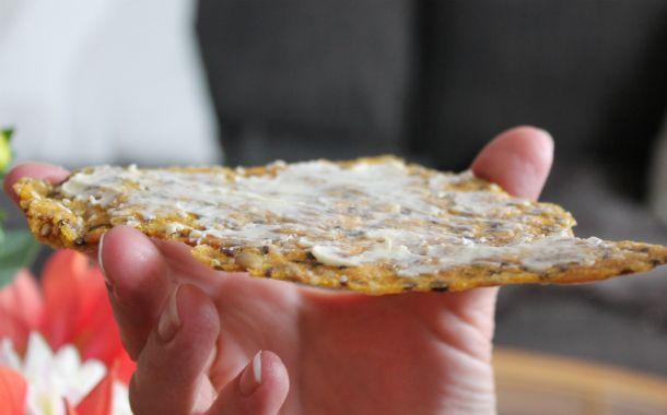 Ett gott och lättlagat knäckebröd, som dessutom är nyttigt! Du kommer snabbt bli beroende av det krispiga knäckebrödet. Receptet är barnsligt enkelt.