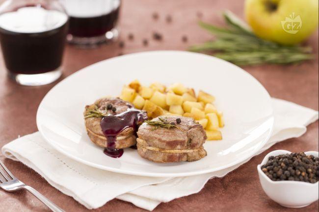 Il filetto di maiale con salsa al vino è un secondo piatto gourmet. Con la ricetta del filetto di maiale con salsa al vino potrete stupire tutti!