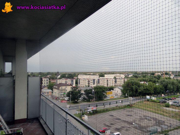 Balkon (taras?) o wysokości ponad 3,5 metra.