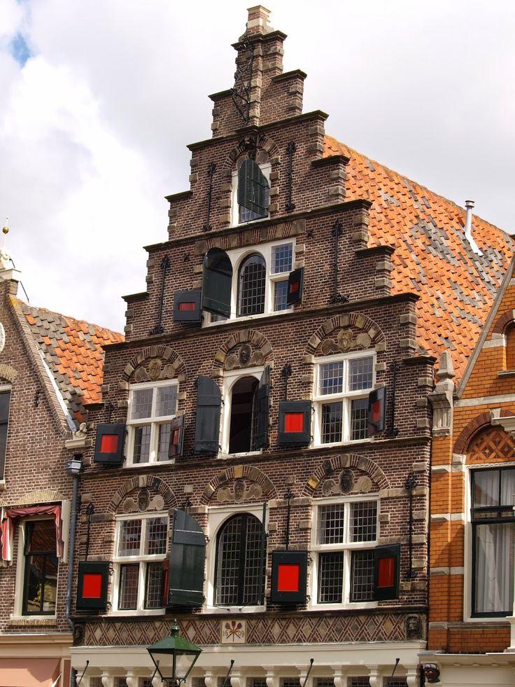 """""""Huis met de schopjes"""". Het pand dateert uit 1609 en heeft één van de mooiste trapgevels van Alkmaar. Het was het onderkomen van de koekenbakkers."""