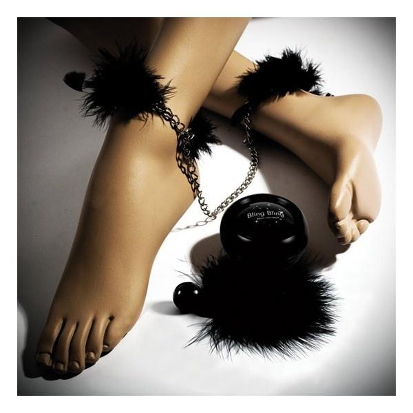 Cofre Bling Bling de Bijoux Indiscrets.  La lata contiene: polvos corporales brillantes Bling Bling, plumero y esposas de plumas, todo de color negro.