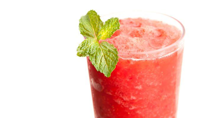 Erdbeer-Slush im Glas mit Minzblättern als Dekor